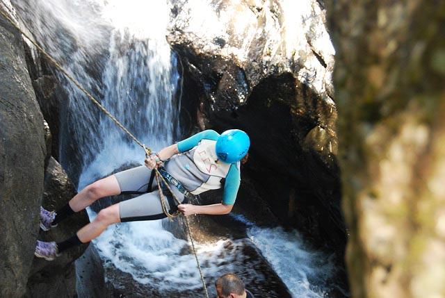 techniques canyoning : descente en rappel