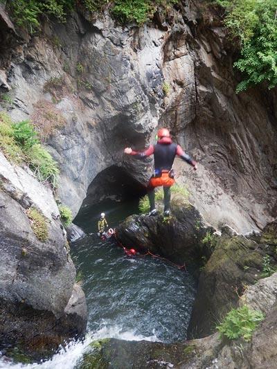 Techniques de canyoning : le saut de falaise